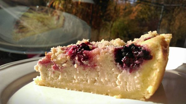 ostružinový dezert u okna