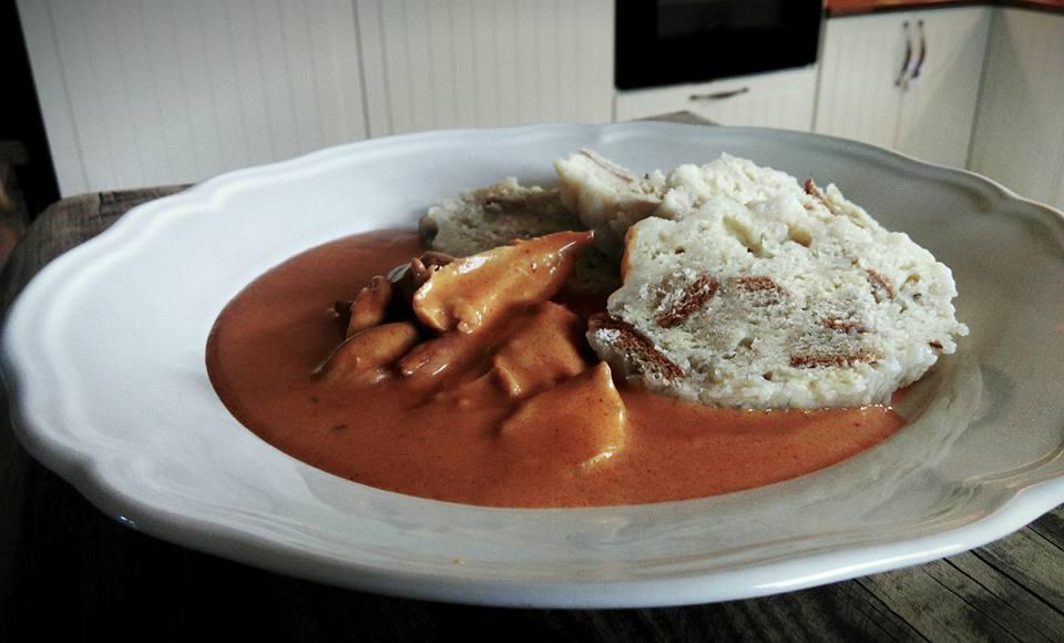 kuře na paprice a knedlík na talíři