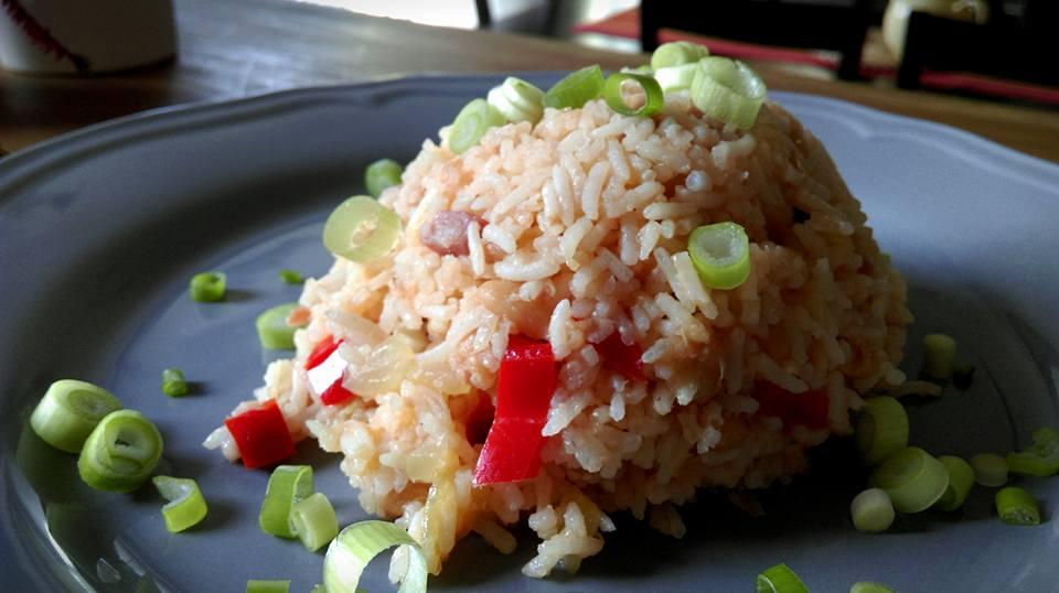 rýže s fazolemi na talíři