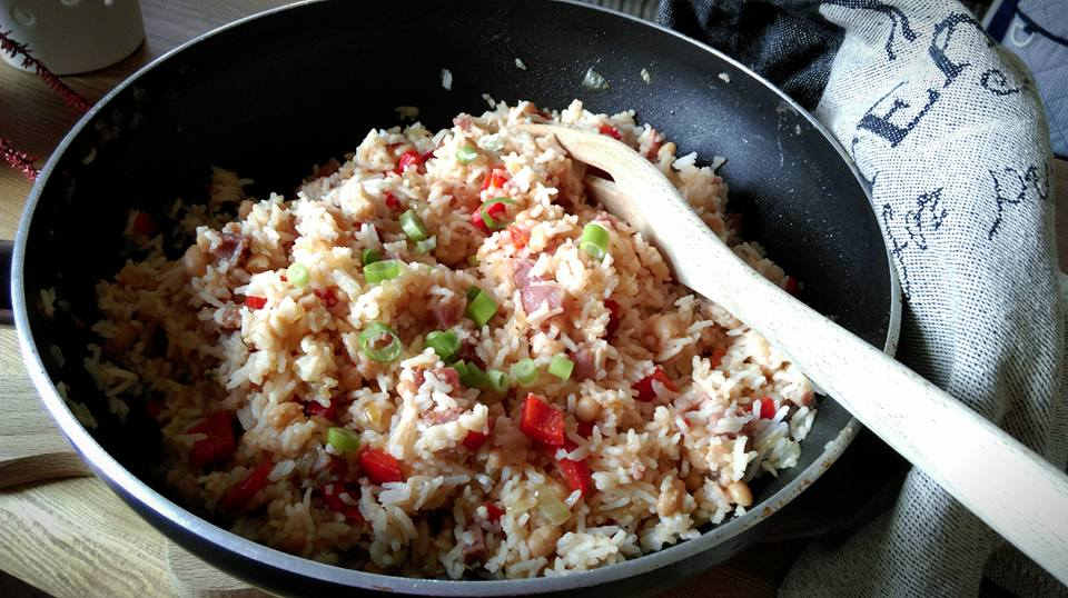 rýže s fazolemi v pánvi