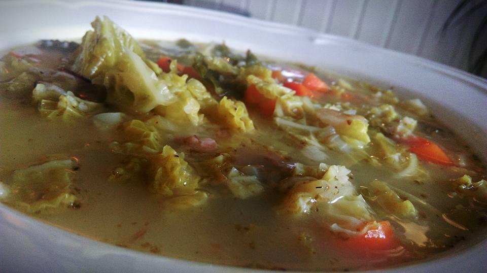 kapustová polévka na talíři